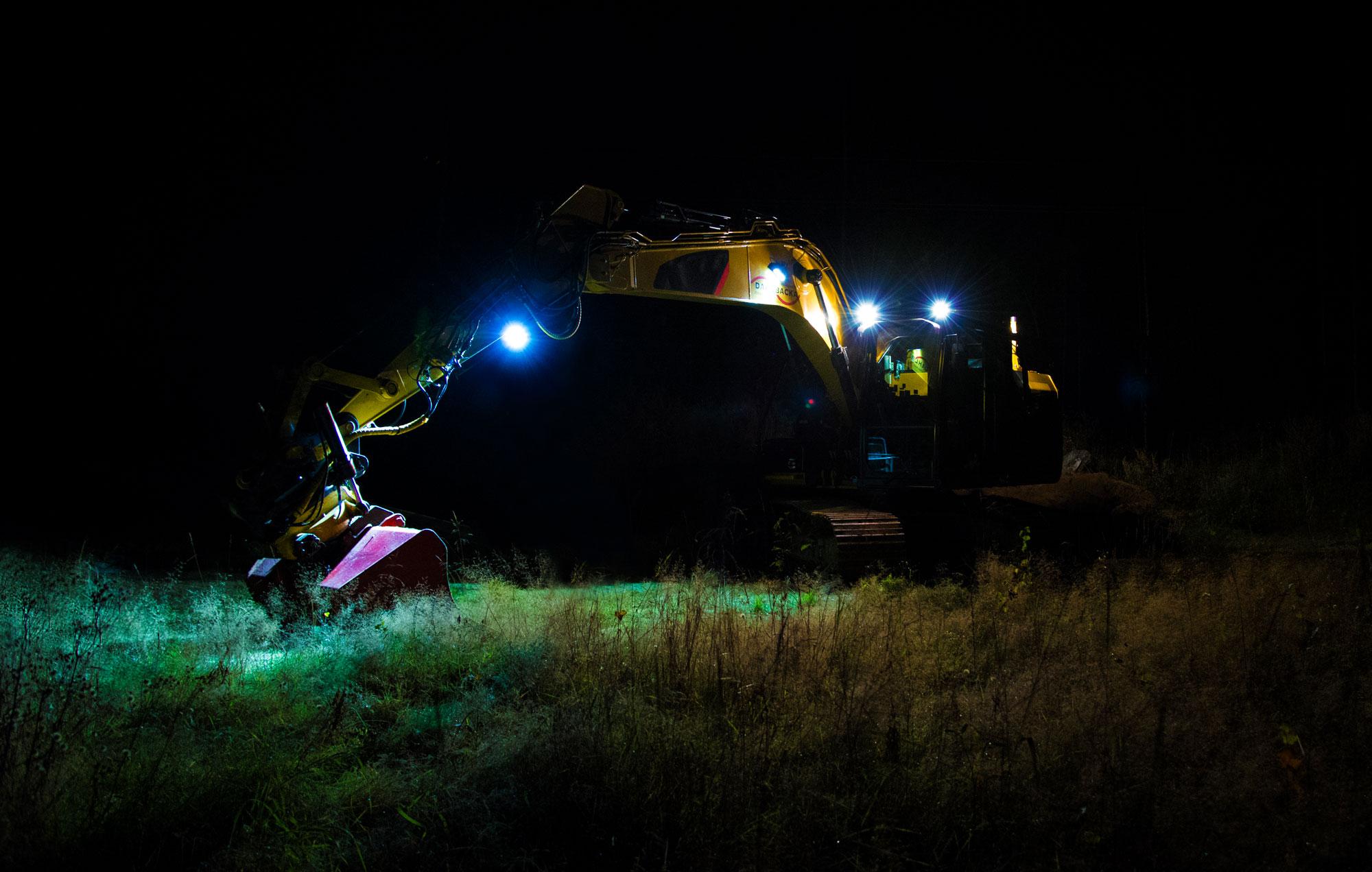 Escavadeira (digger) amarela equipada com LED da Nordic Lights